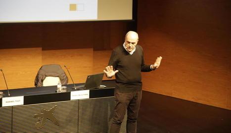 Imatge del doctor Rafael de la Torre durant la seua xarrada d'ahir al CaixaForum de Lleida.