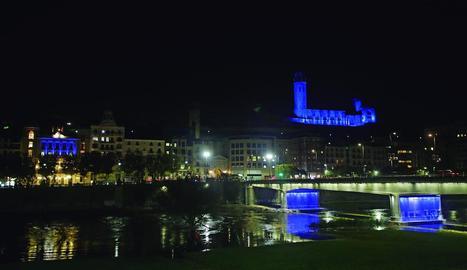 Imatge d'ahir de la Paeria i la Seu Vella il·luminades de blau pel Dia Mundial de la Diabetis.