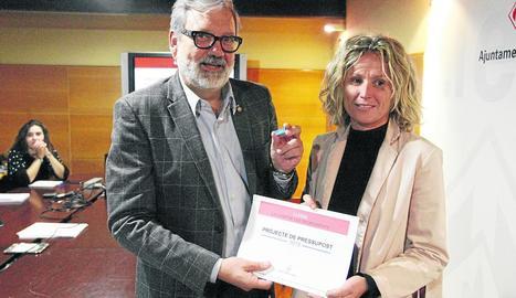 Fèlix Larrosa i Montse Mínguez mostren un 'pen' amb el pressupost del 2019 i el resum en paper.
