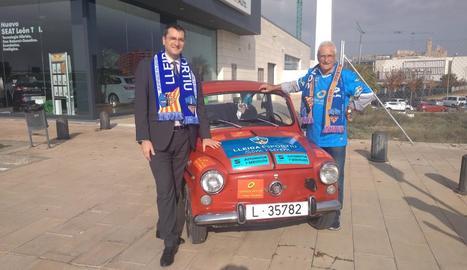 50.000 quilòmetres seguint el Lleida - Antonio Martín i el seu Seat 600 viatjaran dissabte a Eixea per animar el Lleida. Serà el segon desplaçament de la temporada i el primer amb el patrocini de SEAT Automotor i Serveis. A la imatge, amb el ge ...