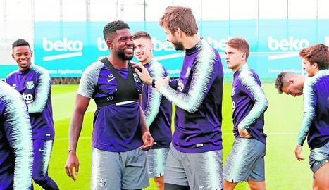 Umtiti i Piqué fan broma durant l'entrenament d'ahir.