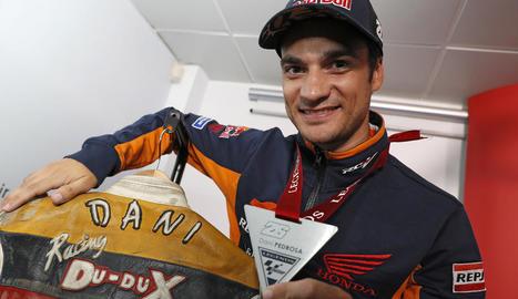 Dani Pedrosa mostra la medalla que l'acredita com a pilot de llegenda de MotoGP.
