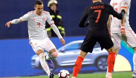 Jordi Alba, que tornava a la selecció espanyola, disputa una pilota en una acció del partit d'ahir.