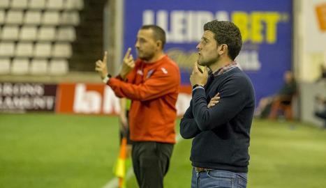 Gerard Albadalejo, en primer terme, durant el partit de diumenge passat davant de l'Alcoià.