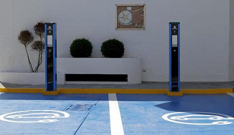 Imatge d'un punt de recàrrega per a cotxes elèctrics.
