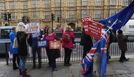 Britànics 'pro Brexit' i 'anti-Brexit' protesten fora del Palau de Westminster.
