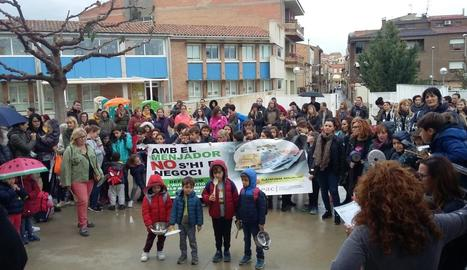 Alumnes de l'escola Països Catalans, participant en la protesta.