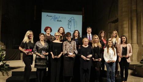 Fotografia de grup dels premiats. Santi Roig, de Lleida TV, va recollir el guardó de SEGRE.