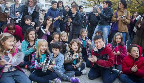 Els assistents a la concentració van portar plats de plàstic amb missatges.