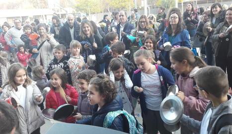 Els alumnes del Pràctiques II es van menjar ahir un entrepà al pati com a protesta i després es van fer la foto de família.