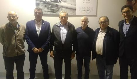Joaquim Larroya, tercer per l'esquerra, davant de la foto que es va instal·lar ahir al gimnàs.
