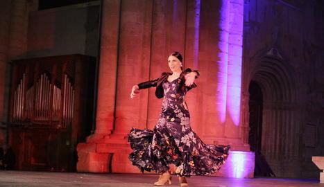 La bailaora i coreògrafa establerta a Lleida Alexandra Jiménez, ahir en plena actuació a la Seu Vella.