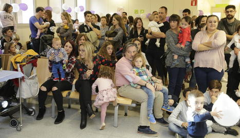 Desenes de persones van assistir ahir a la jornada que va organitzar l'Hospital Arnau de Vilanova en el Dia Mundial del Nadó Prematur.