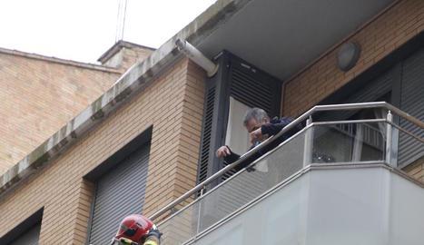 Els bombers van retirar la part inferior del balcó.