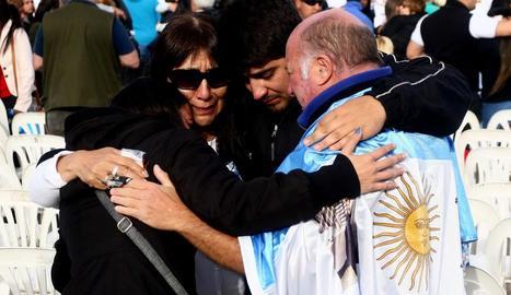 Familiars i amics de tripulants del submarí argentí 'ARA'.