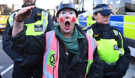 Ecologistes protesten a Londres contra el canvi climàtic, ahir.