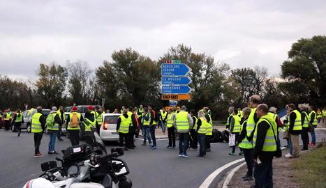 Imatges de manifestants i agents policials en diferents punts de França i la Catalunya nord en les concentracions per la pujada dels impostos de carburants.