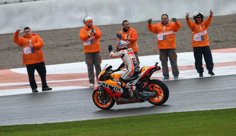 Marc Màrquez i Dani Pedrosa celebren al costat de l'equip de Repsol Honda la triple corona, després de conquerir el títol de campions del món individual, per equips i de constructors.