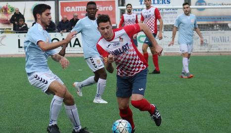 El jugador local Joan, en una de les accions que va tenir lloc durant el partit d'ahir a Balaguer.
