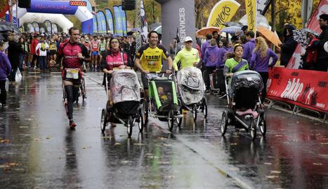 Un moment de la sortida de la Mitja Marató, que va reunir 1.200 participants.