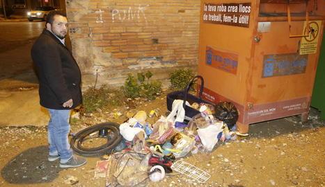 Diferents escombraries s'acumulaven ahir en un carrer del poble.