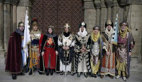 Foto de grup dels nous càrrecs de les tropes mores i cristianes, ahir al claustre del monument després de la festa del relleu militar.