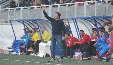 El tècnic del Lleida, Gerard Albadalejo, dóna instruccions durant el partit amb l'Ejea.