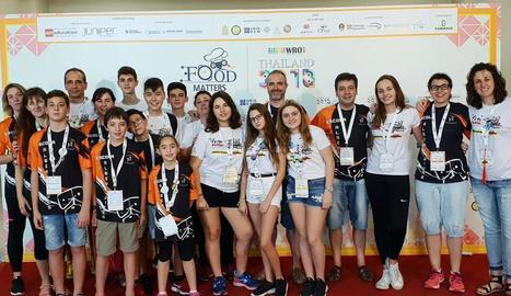 Els estudiants dels instituts de la Seu i Artesa de Segre que han viatjat a Tailàndia.