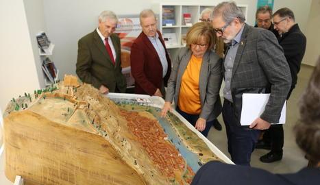 Larrosa, Godia i altres participants en la reunió de constitució del fòrum ahir a Mequinensa.