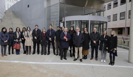 Una vintena de jutges i fiscals es van concentrar ahir al migdia a Lleida.