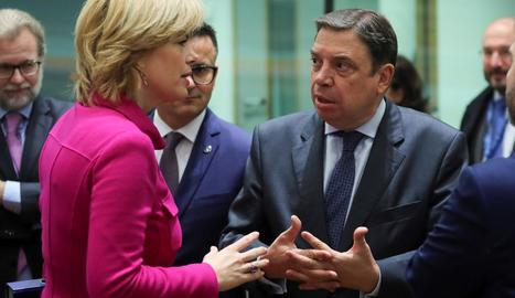 El ministre Luis Planas conversa amb la seua homòloga alemanya, Julia Kloeckner.