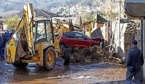 Conseqüències de l'aiguat que va omplir els carrers de la localitat de Viveiro, a Lugo, ahir.