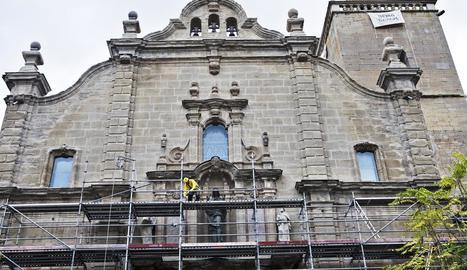 Un operari ahir en els treballs de recuperació a la col·legiata de Santa Maria de Guissona.