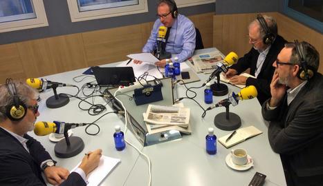 Un moment de l'entrevista a l'alcalde de Lleida, Fèlix Larrossa (esquerra); amb Josep Cuní; el director executiu de SEGRE, Juan Cal, i el director de La Manyana, Ignasi Calvo.