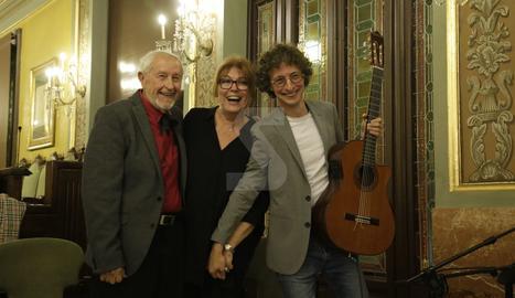Josep Vallverdú, Mercè Sampietro i el guitarrista Eduard Iniesta, ahir a la Paeria a l'acabar el recital.