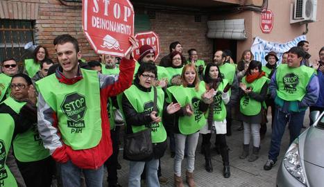 Imatge d'una protesta de la PAH per paralitzar un desnonament a Lleida.