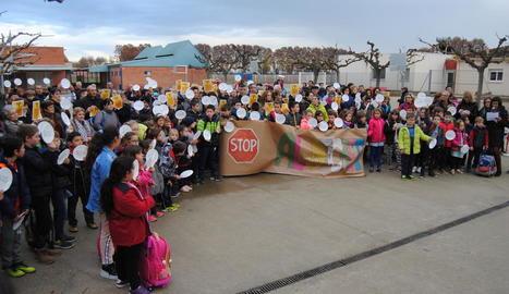Protestes dels alumnes al col·legi de Bellvís, a l'esquerra, i els de l'escola de Sant Ramon amb pancartes, a la dreta.