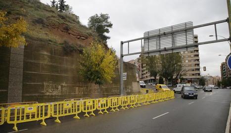 Ahir, a causa de la pluja, es van desprendre parts del mur del Turó i es va tallar part de Cos-Gayón.