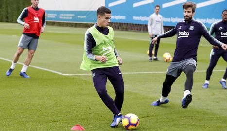 Philippe Coutinho, al costat de Gerard Piqué, durant l'entrenament d'ahir a la Ciutat Esportiva.
