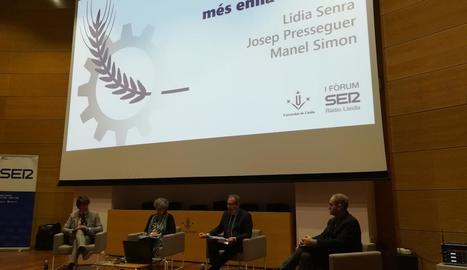 Manel Simon, Lidia Senra, Josep Cuní i Josep Presseguer, durant una de les taules redones.