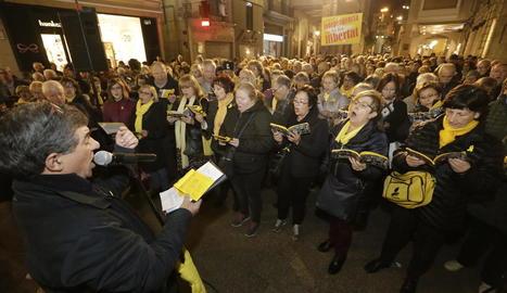 Un any per la llibertat - Els cantaires que cada dilluns es reuneixen davant de l'edifici de la Paeria per exigir la llibertat dels independentistes empresonats i exiliats van commemorar aquesta setmana el primer any de protestes. Els concentrats ...