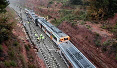 El tren descarrilat a Vacarisses, un cop evacuats els 133 passatgers.