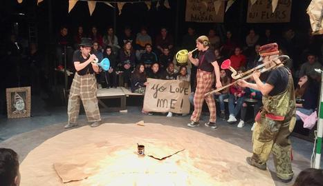 La Baldufa, en un assaig obert ahir a L'Amistat de Mollerussa, davant d'alumnes de Secundària.