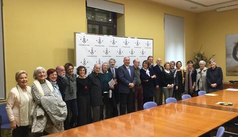 Foto de grup ahir després de la firma del conveni, amb el rector de la UdL i Xavier Porta (centre), amb amics de la família Porta Vilalta.