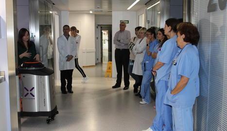 Un moment de la presentació del robot al personal sanitari de l'Arnau de Vilanova.