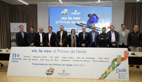 Perelló, amb representants del sector de l'esquí i del turisme, ahir a la presentació de la temporada a Lleida.