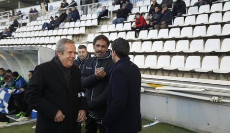 Toni Seligrat, entrenador del Sabadell, saluda Gerard Albadalejo en una anterior visita a l'estadi.