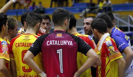 Jordi Castejón dóna instruccions als jugadors en un descans.