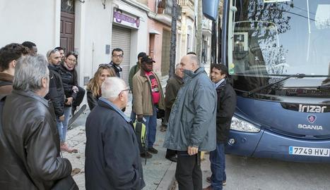 Viatgers esperen a fer transbord amb autocar després de baixar del tren a l'estació de Calaf.