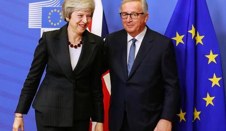 Theresa May i Jean-Claude Juncker, abans de la reunió.